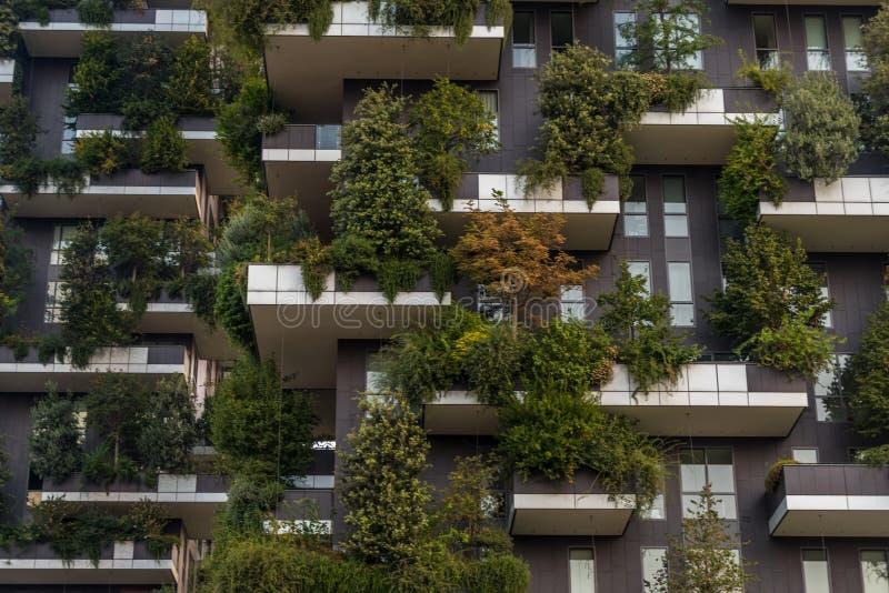 Torn för vertikal skog för Bosco verticale bostads- i milan fotografering för bildbyråer