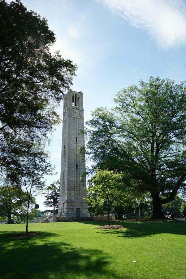 Torn f?r klocka f?r NC-delstatsuniversitetuniversitetsomr?de i Raleigh royaltyfri foto