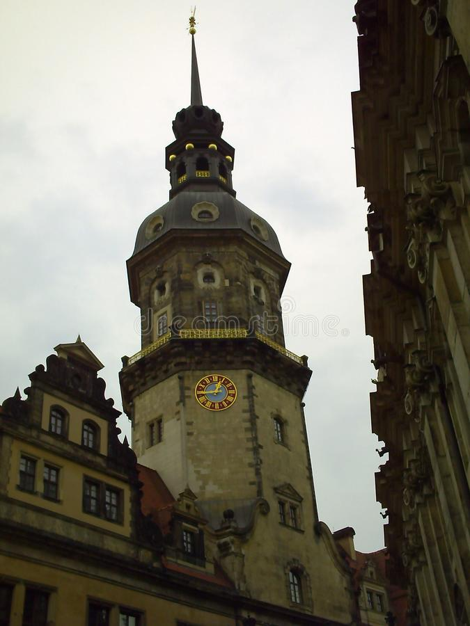 Torn Hausmannsturm i molnigt väder Fasad av gammal härlig historisk byggnad i Dresden, Tyskland royaltyfri foto