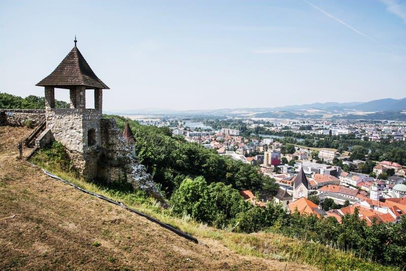 Torn i slotten och cityscape Trencin, Slovakien royaltyfri foto
