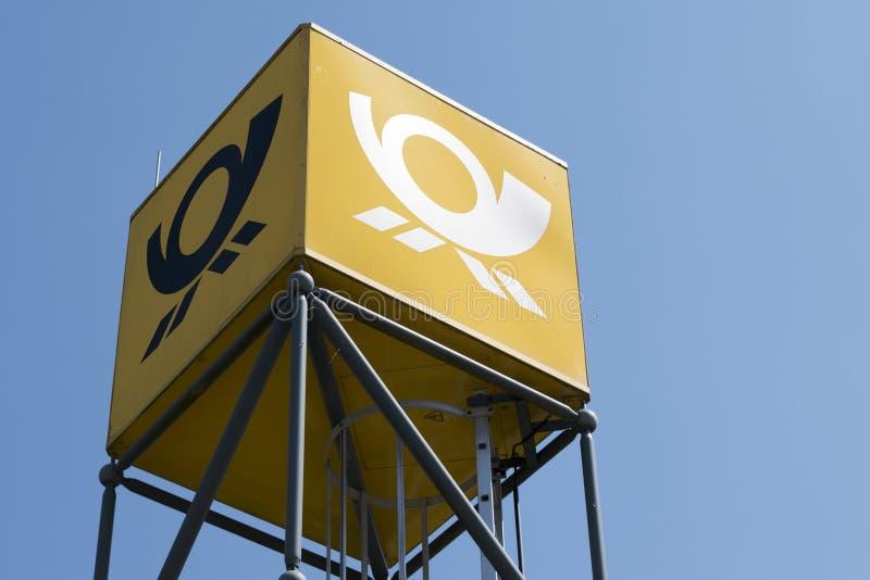 Torn med logoen av den tyska stolpen, Ratzeburg, Tyskland - Juni arkivfoto