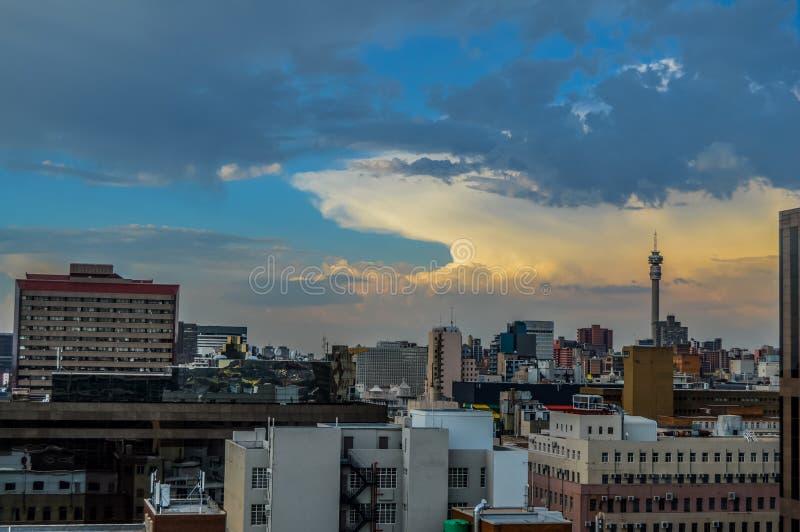 Torn och byggnader f?r l?nef?rh?jning f?r f?r Johannesburg stadshorisont och hisgh royaltyfri foto