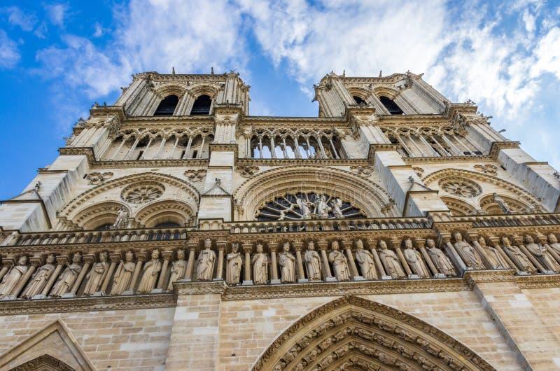 Torn och vattenkastare av Notre Dame royaltyfri bild