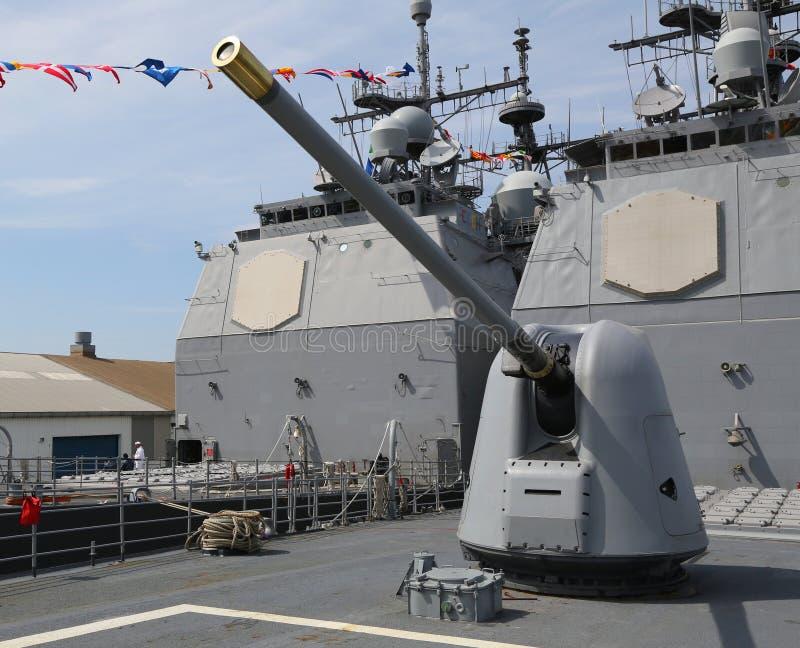 Torn som innehåller ett 5 tum vapen på däcket av den USA-marinTiconderoga-grupp kryssaren arkivbild