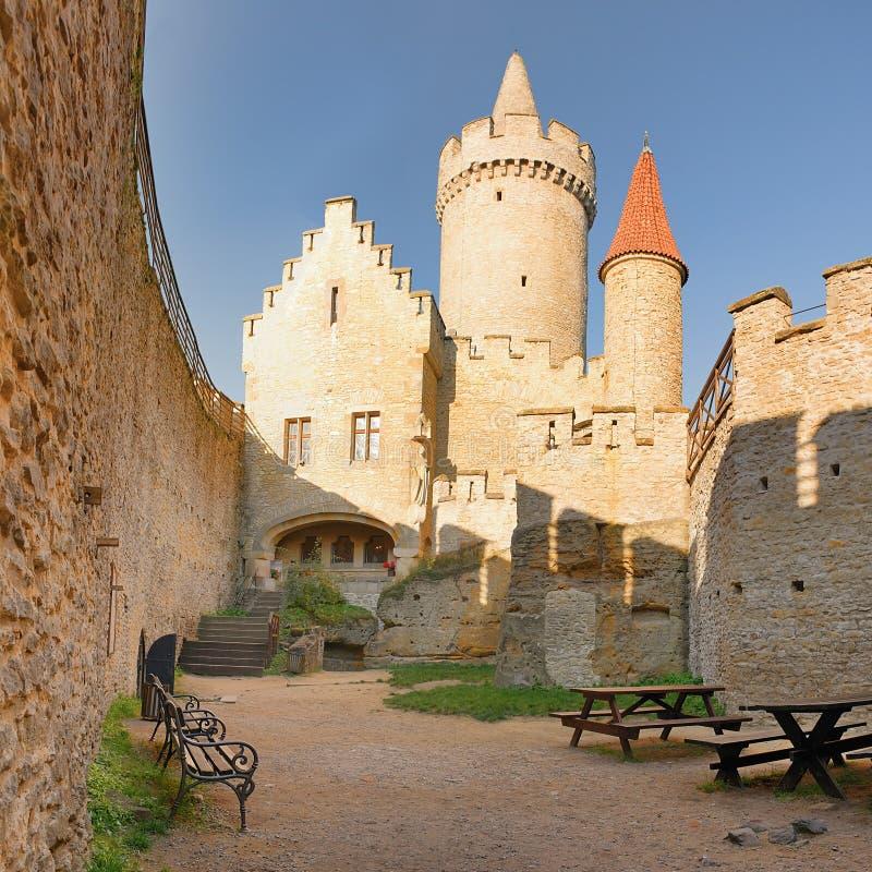 Torn som ses från borggård av den Kokorin slotten i Kokorinsko landskapområde i den höstliga Tjeckien på morgonen royaltyfria foton