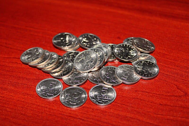 Torn värd fem cent på bordet royaltyfri foto