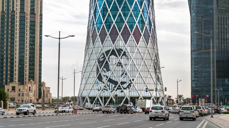 Tornada wierza z wizerunkiem emira Tamim kosza Hamada al, ikonowi glassed wysocy wzrosty w zachodzie Trzymać na dystans zdjęcia stock
