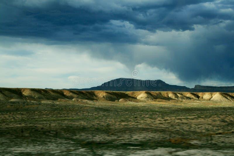 Tornade loin en Utah au-dessus des collines photo stock