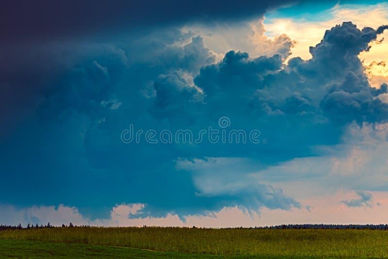 Tornadic supercell onweer op de gebieden, Litouwen, Europa stock fotografie