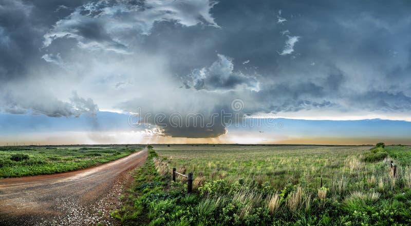 Tornadic Supercell over Tornadosteeg bij zonsondergang royalty-vrije stock afbeeldingen
