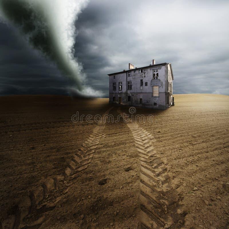 Tornado auf dem Gebiet lizenzfreie stockfotos