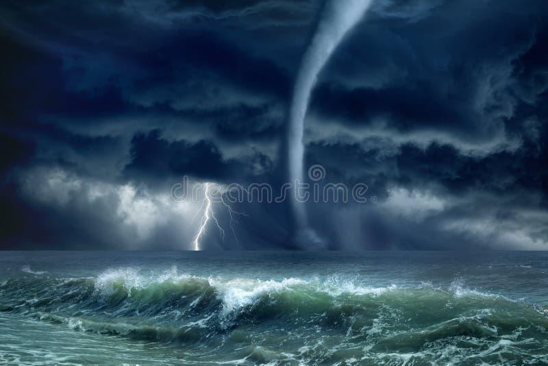 Tornado, Blitz, Meer stockfoto