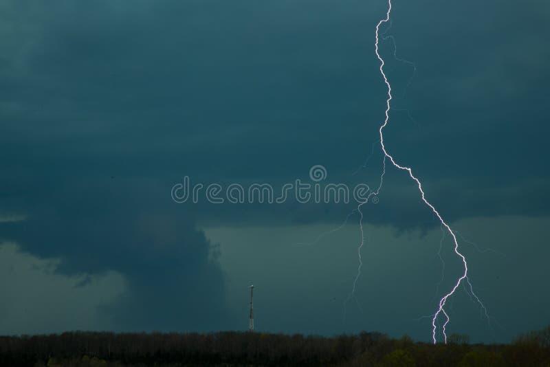 Tornado con el relámpago imagen de archivo