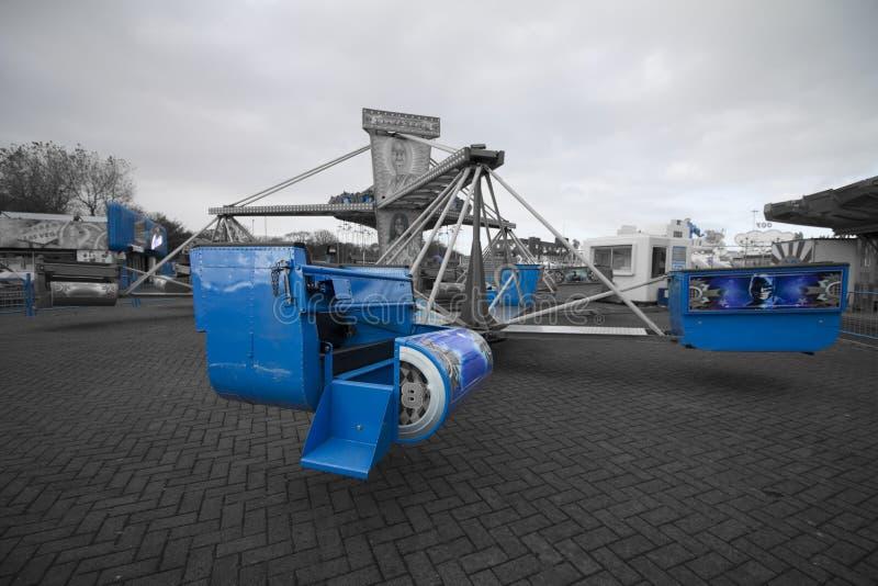 Tornado del azul del paseo del parque de atracciones imagen de archivo