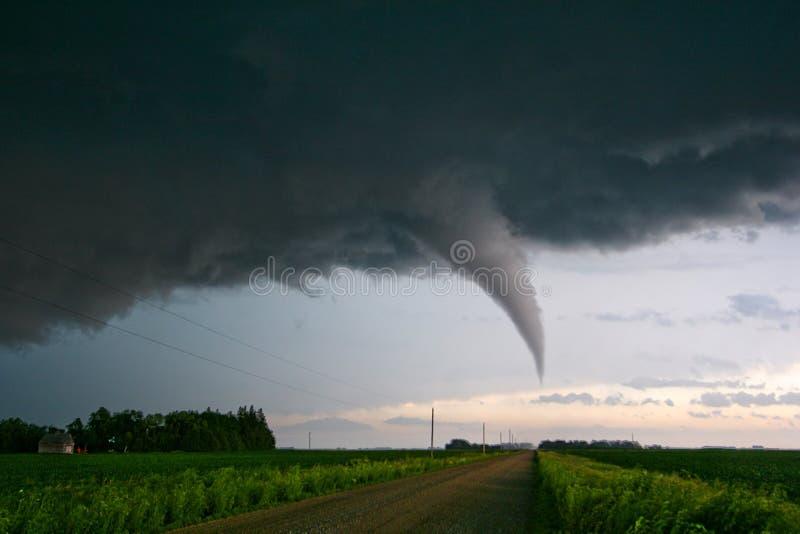 Tornado, der eine Schotterstraße in Süd-Minnesota kreuzt stockfoto
