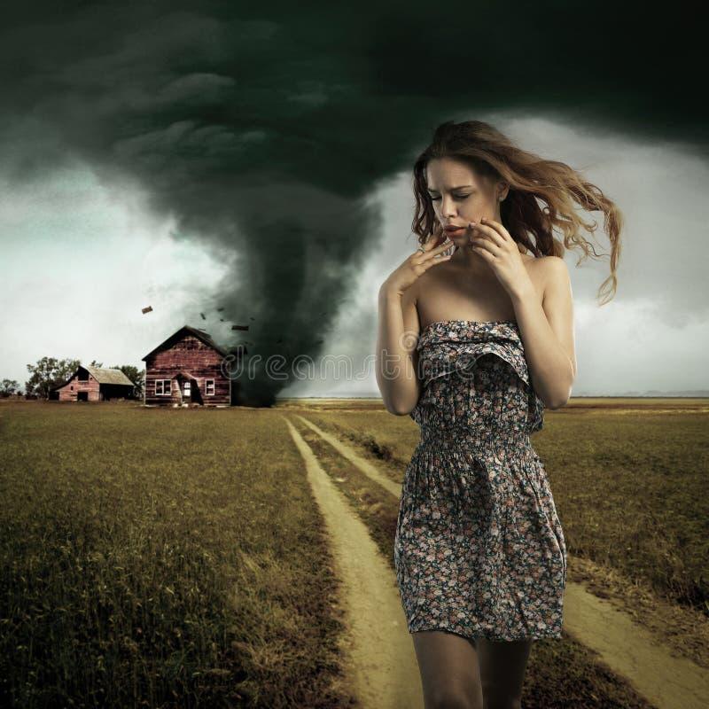 Tornado die het huis van een vrouw vernietigen stock afbeeldingen