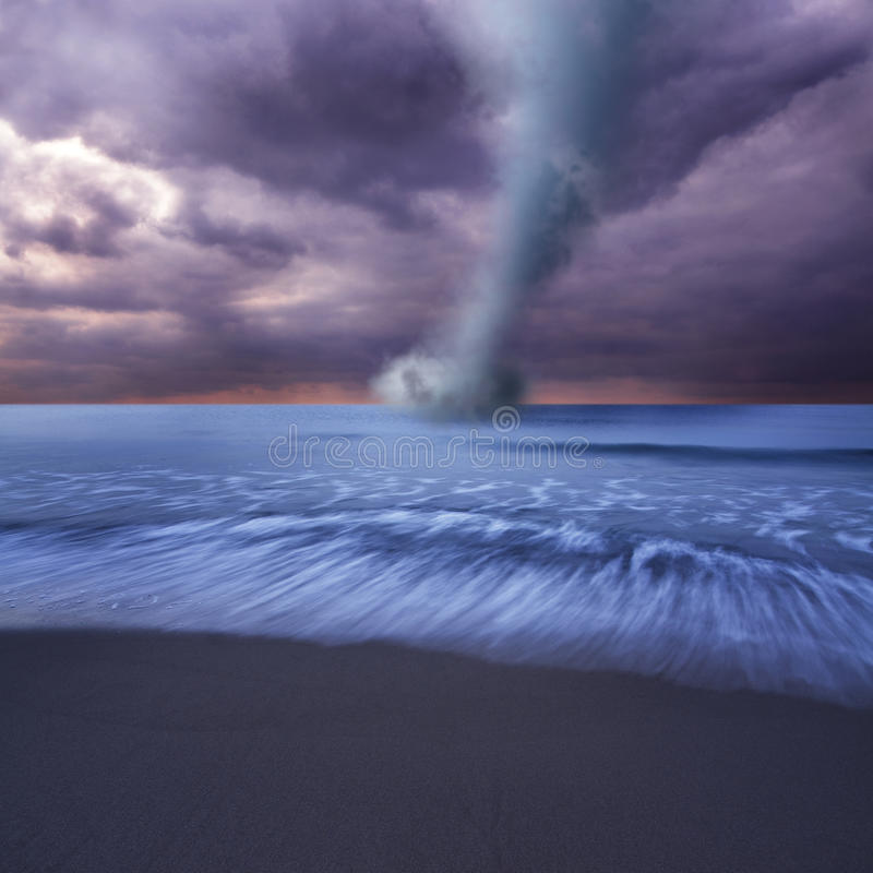 Tornado in Meer lizenzfreie stockfotografie