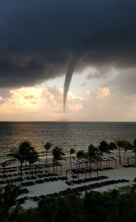 Tornado-nähernde Küstenlinie stockfotografie