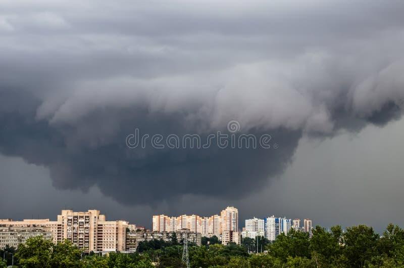 Tornado, onweersbui, trechterwolken over de stad stock afbeeldingen