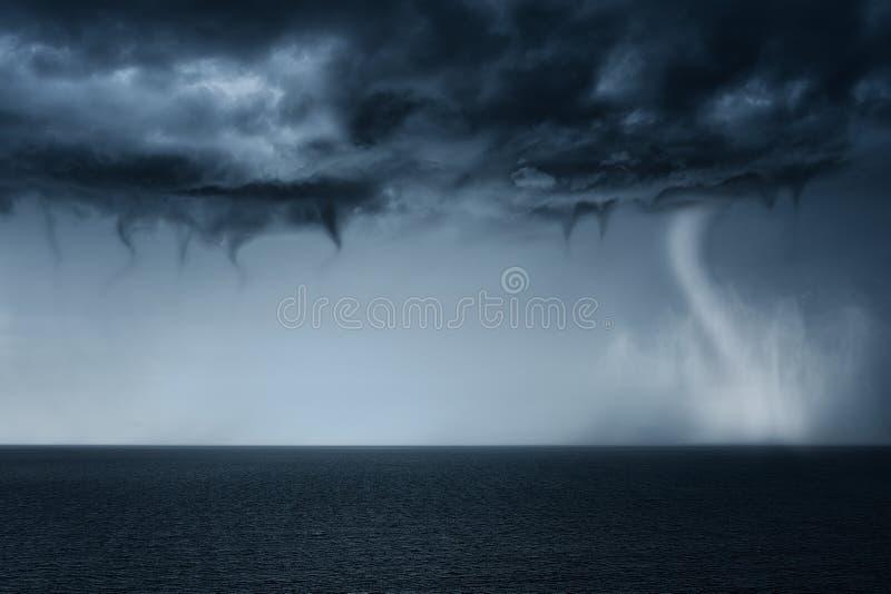 Tornado op overzees stock afbeeldingen