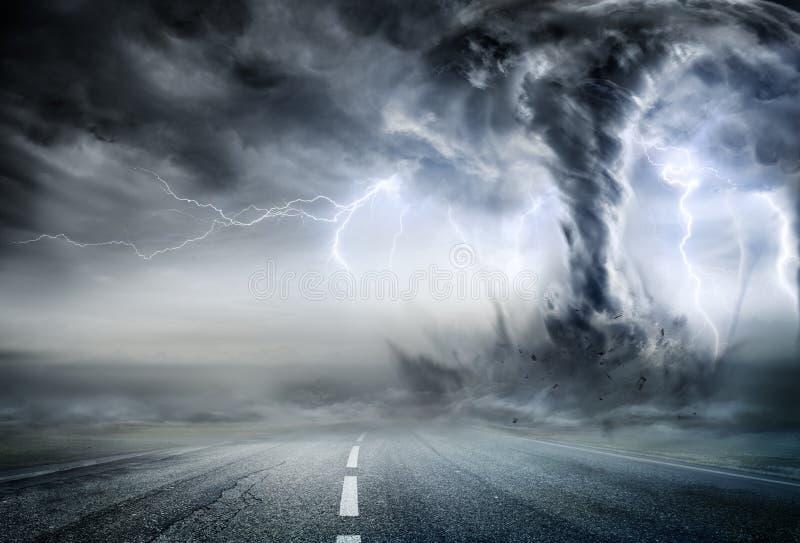 Tornado potente en el camino imagenes de archivo