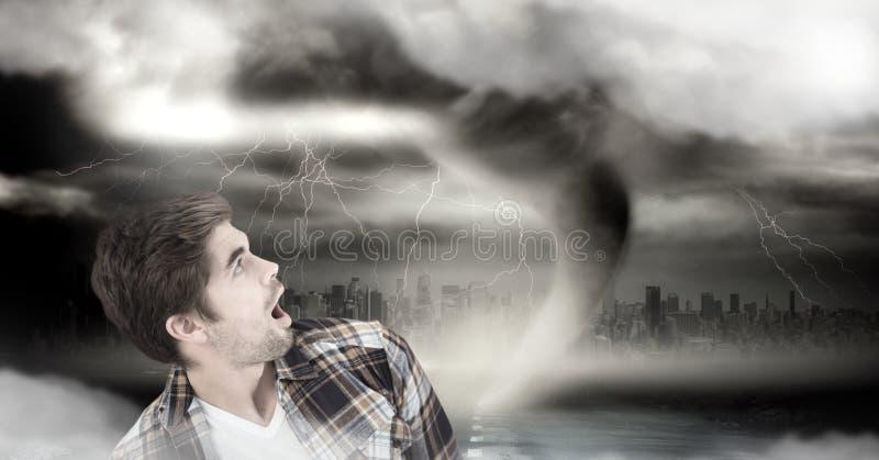 Tornado skręcarka i zmroku niebo z mężczyzna przestraszonym fotografia royalty free