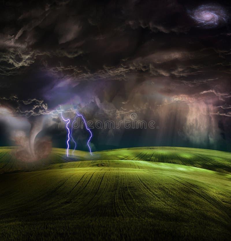 Tornado in stormachtig landschap stock illustratie