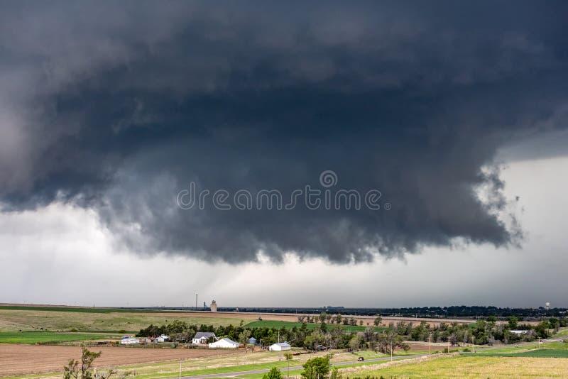Tornado Supercell in Oklahoma over kleine stad stock afbeeldingen