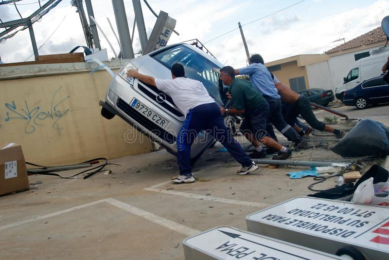 Tornadogevolgen in palmade Mallorca detail voor arbeiders royalty-vrije stock afbeelding