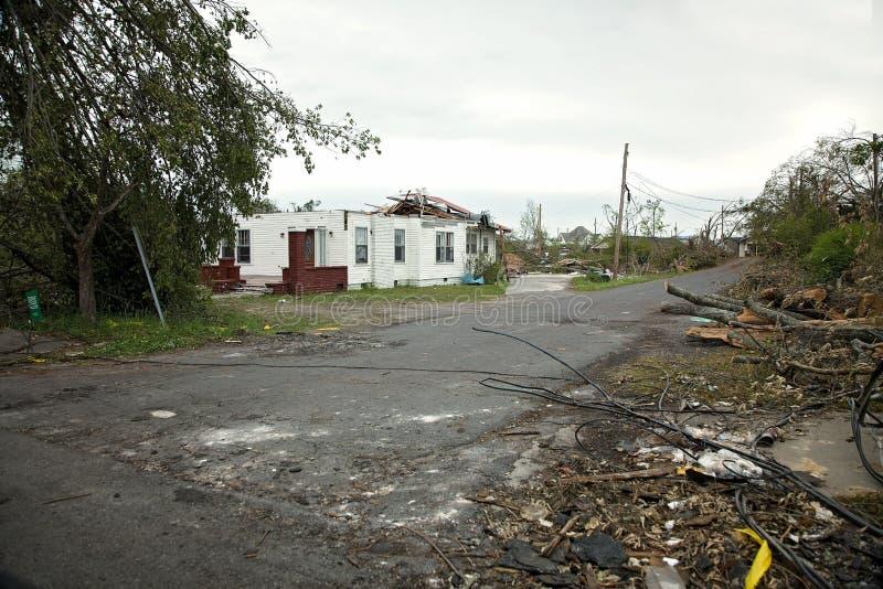 Tornadoschade in stadsbuurt stock foto