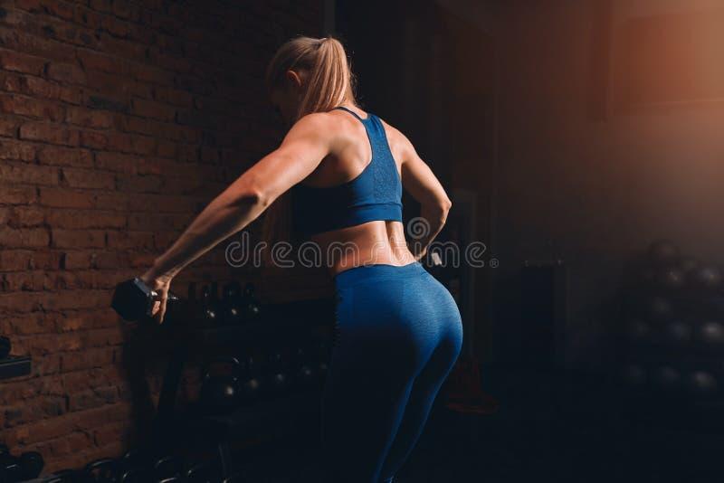 Tornar-se da menina, dobrando os músculos traseiros imagem de stock