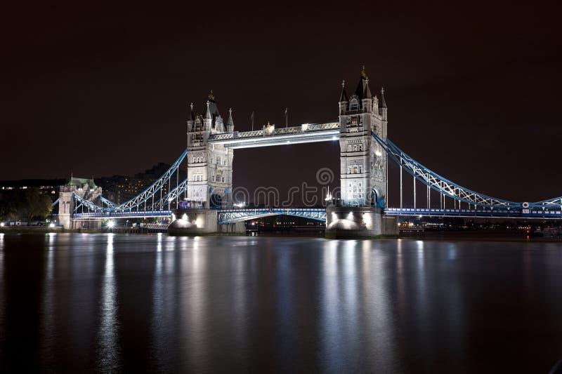 Tornbro på natten royaltyfri bild