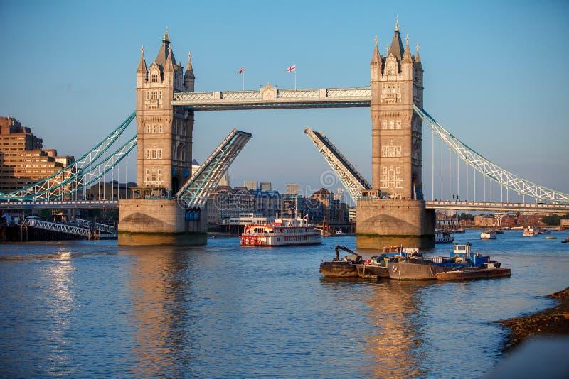 Tornbro som lyfts för att låta skeppet passera igenom London royaltyfri bild
