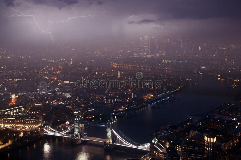 Tornbro vid natt i dåligt väder royaltyfria foton