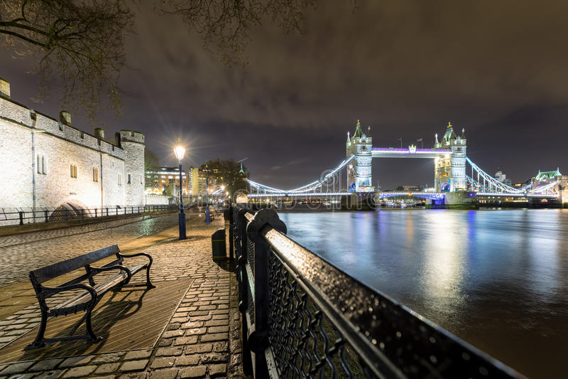 Tornbron i London som ses från tornet vid natt fotografering för bildbyråer