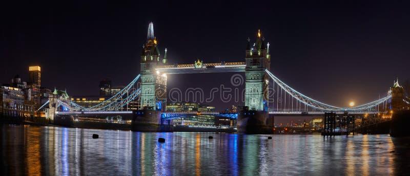Tornbryggan lyser i natt i London royaltyfria bilder