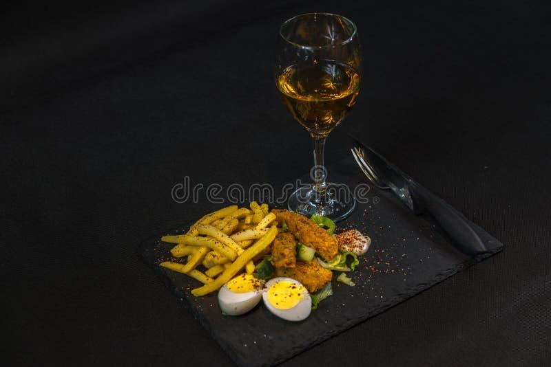 Torne côncavo consistir no peito de frango panado, batatas fritas no gelo l foto de stock royalty free
