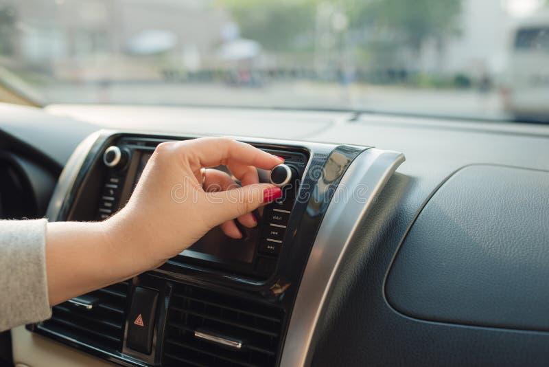 Torneado en radio en la conducci?n de autom?viles a casa fotos de archivo