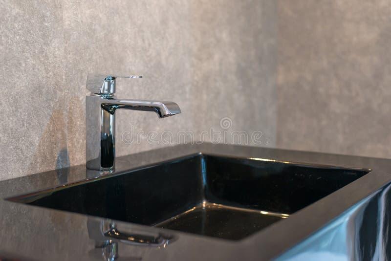 Torneira bonito para o interior do banheiro foto de stock
