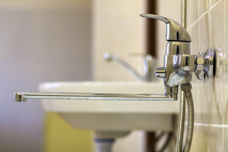 A torneira de água, croma o torneira inoxidável do metal conectado à parede telhada da tenda de chuveiro, água quente fria do mis fotografia de stock royalty free