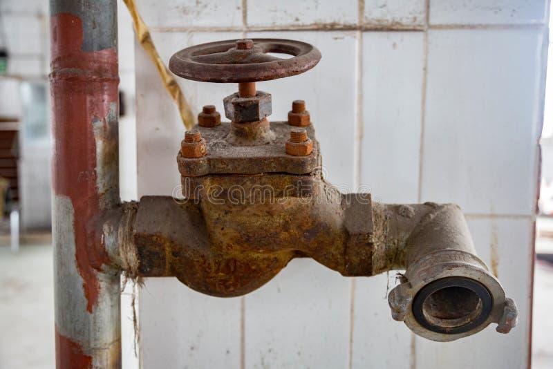 Torneira de água oxidada fotografia de stock