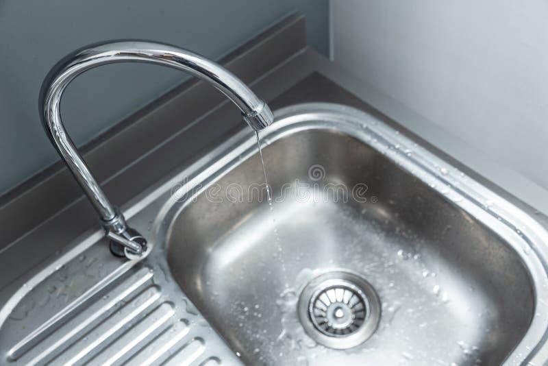 Torneira longo do alcance da torneira de água com escape da gota da água imagem de stock