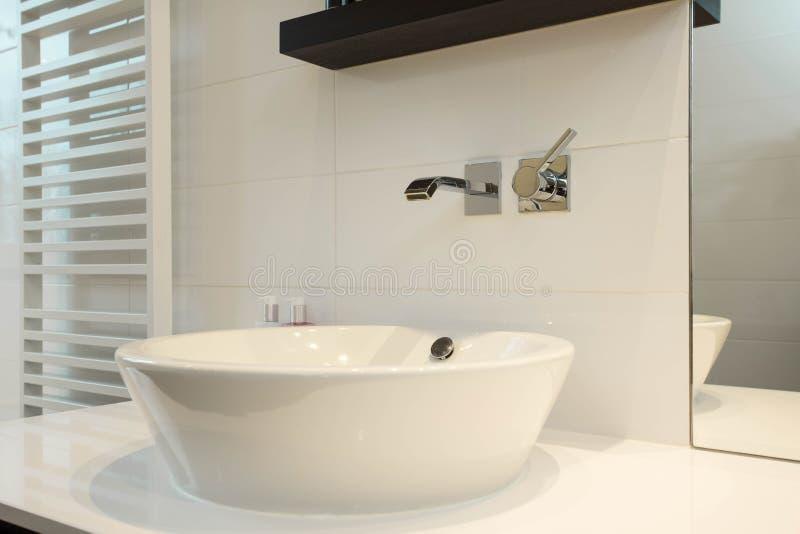 Torneira vazia nova da prata da prata do projeto moderno do dissipador do banheiro foto de stock royalty free