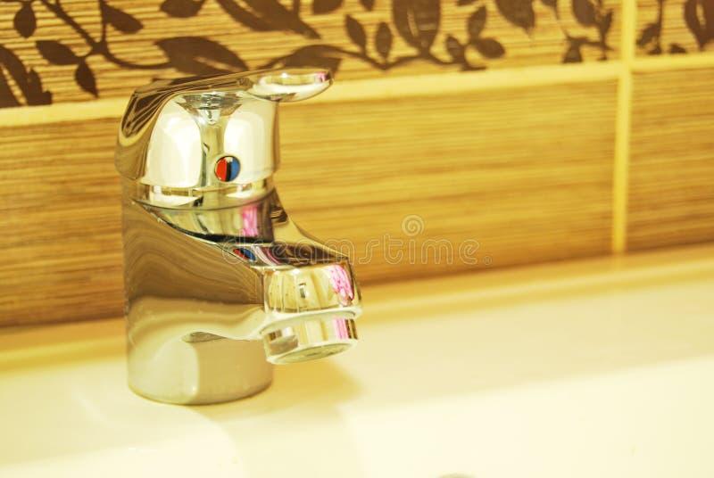 Torneiras modernas do banheiro imagens de stock
