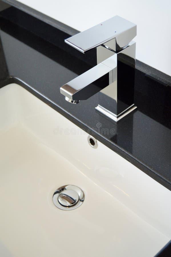 Torneiras modernas do banheiro fotografia de stock