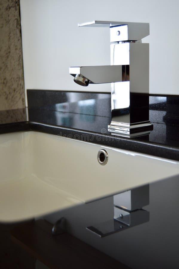 Torneiras modernas do banheiro fotos de stock royalty free