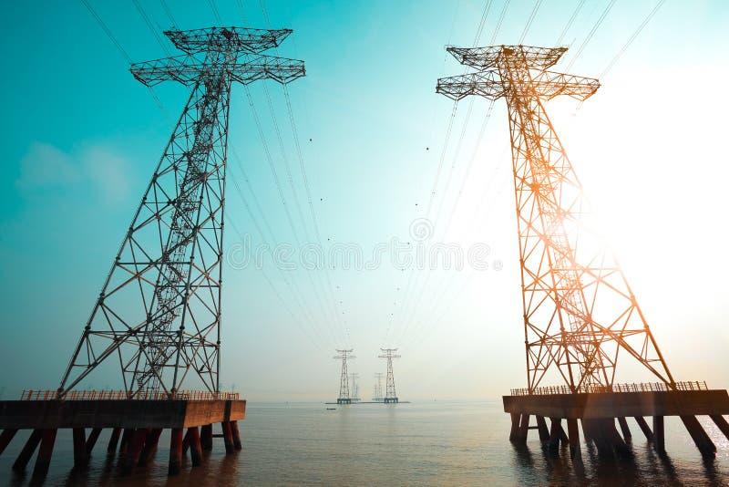 Tornen för hög-spänning maktöverföring fotografering för bildbyråer
