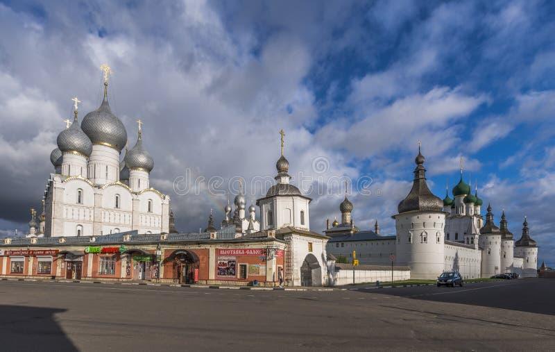 Tornen och väggarna av den Rostov Kreml royaltyfri bild