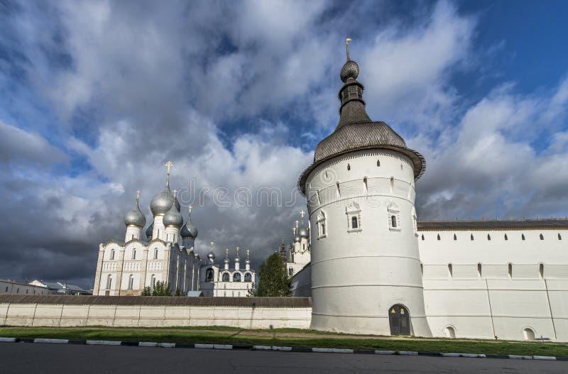 Tornen och väggarna av den Rostov Kreml royaltyfria foton