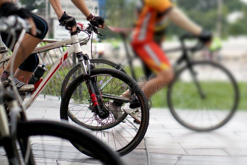 Torneo biking abstracto en la línea del comienzo, tiro de un grupo de rac imagen de archivo libre de regalías
